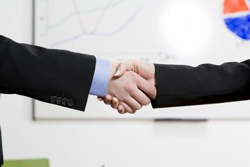 Zwei Geschäftsfrauen schütteln sich die Hände
