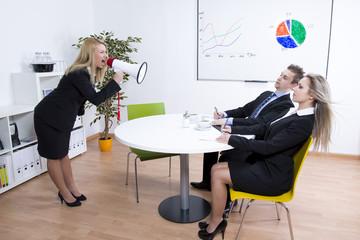 Geschäftsfrau brüllt über Megaphone angestellte an