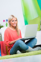 hübsche blondine kauft im internet ein