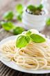 spaghetti und basilikum-pesto