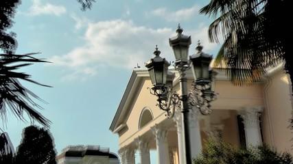 В окружении пальм красивое здание театра