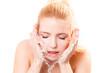 junge attraktive Frau bei der Hautpflege