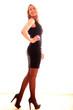 Hübsches Model im schwarzen Kleid