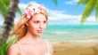 attraktive junge blonde Frau am Strand