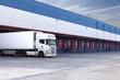 Cargando mercancia. Camion y almacen - 50865111