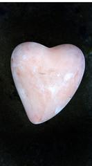 Ein Herz aus heller Keramik
