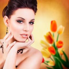 attraktive Frau vor Tulpenhintergrund