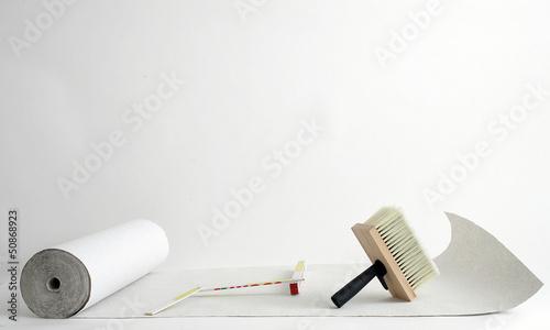 Weisse Tapetenrolle auf weissem Hintergrund - 50868923