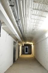 długi oświetlony korytarz w piwnicy