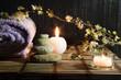 fiori di mandorlo con pietre zen e candele