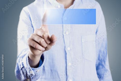hombre en la pantalla tactil