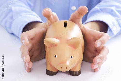 manos con la hucha de los ahorros