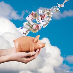 hucha con monedas y billetes, ahorrar