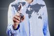 hombre con pantalla tactil mundial