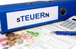 Steuerordner mit Geld und Taschenrechner