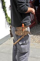 Trabajador en la calle con cinturón de herramientas
