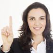 Frau zeigt mit ihrem Finger die Zahl eins an