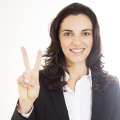Frau zeigt mit zwei Fingern die Zahl 2 an