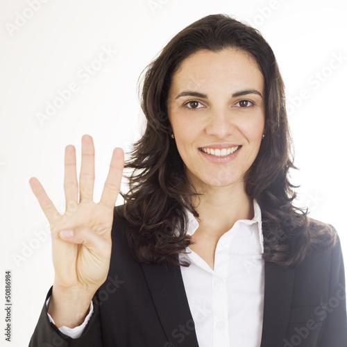 Frau zeigt mit vier Fingern die Zahl 4 an