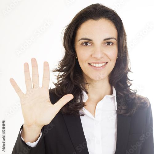 Frau zeigt mit fünf Fingern die Zahl fünf an