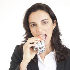 Businessfrau isst Tabletten