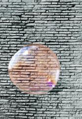 Große Seifenblase vor Mauer - Big Soap Bubble Illusion