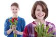 Zwei Geschwister mit Blumensträußen - Muttertag