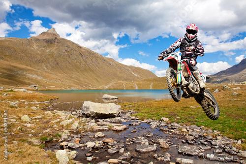 Fotobehang Motorsport motocross in alta montagna
