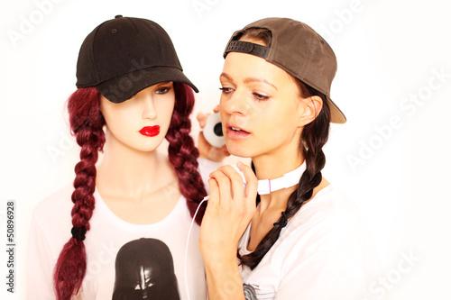 Frau mit Kopfhörern und Ausstellerpuppe