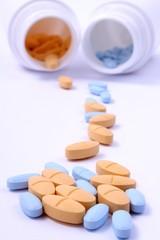 bunte Tabletten aus Pillendöschen hell Hintergrund
