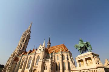 Matthiaskirche und Statue von Szent Istvan in Budapest