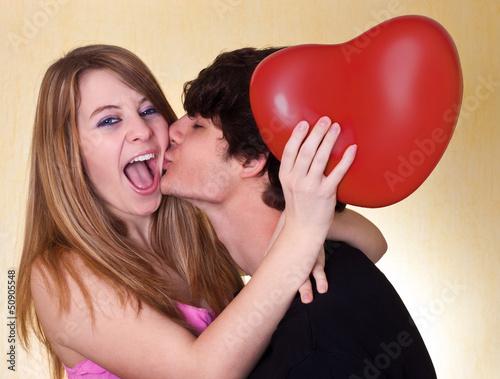 Junges glückliches Paar mit Herz