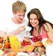 Pärchen genießt leckeres, vielfältiges Frühstück