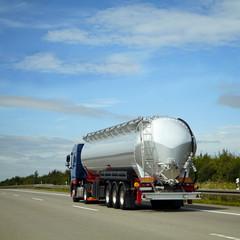 Tanklastwagen liefert aus