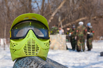 Photo protective mask for paintball game on a spring