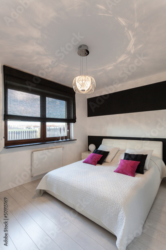 Vibrant cottage - White and black bedroom