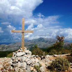 Holzkreuz im Gebirge