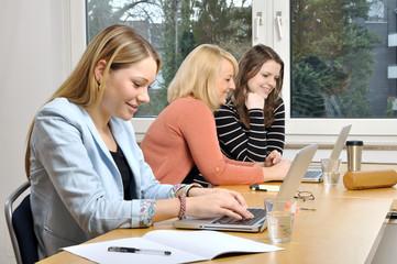 Studentinnen beim gemeinsamen Lernen