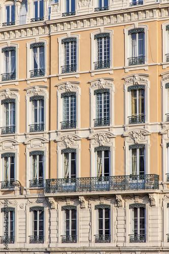 Fa ade jaune d 39 immeuble ancien avec fen tres lyon for Fenetre facade