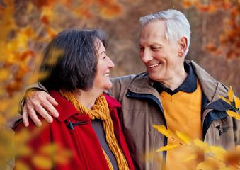 älteres Paar im Herbst / walking 4