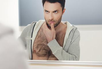 mężczyzna w lustrze