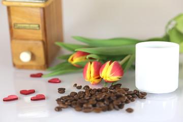 Kaffeemühle mit Kaffeetasse