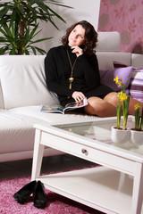 Schöne attraktive Frau ließt entspannt Mode - Zeitschrift