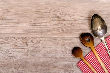 Kochlöffel aus Holz und alter Löffel