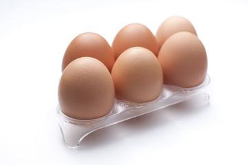 Huevos en soporte con fondo blanco