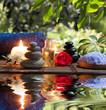candele, asciugamani, pietre e fiori di mandorle in acqua
