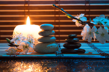 fiori di mandorla con candela e pietre bianche e nere