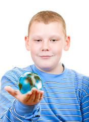 Мальчик держит в руках земной шар в виде планеты