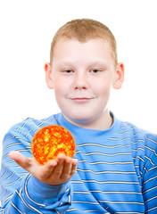 Мальчик держит в руках солнце в виде звезды