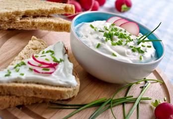 frischer kräuterquark und toastbrot